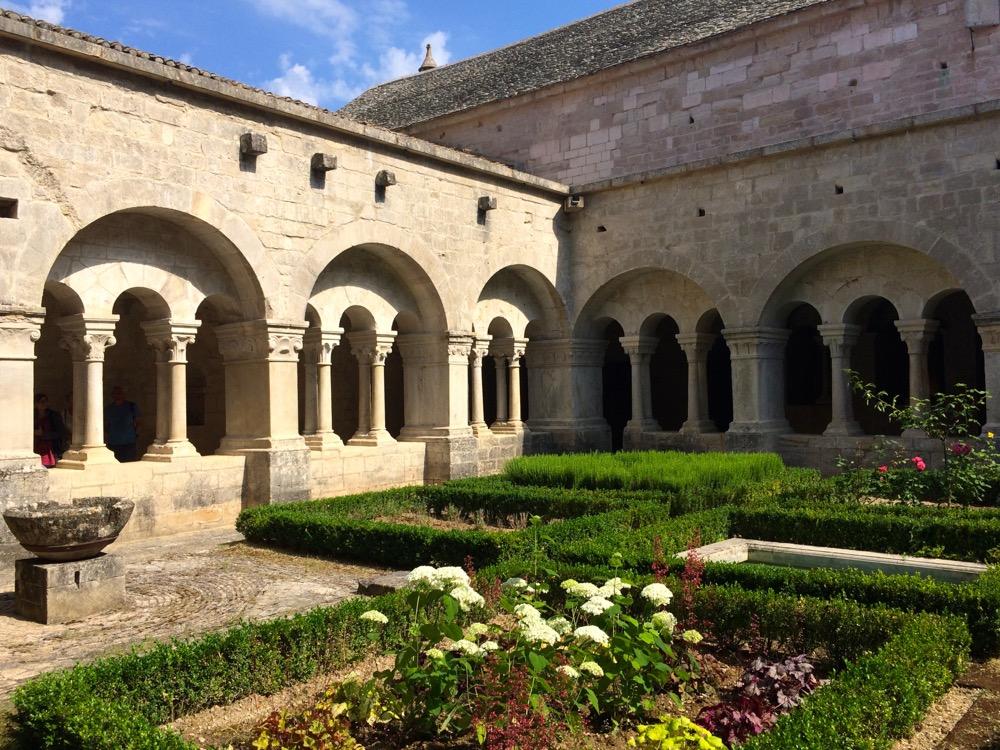 Abbaye de Sénanque courtyard